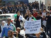 Am vierten Freitag in Folge gehen die Massenprotesten gegen die Regierung in Algerien weiter. (Bild: KEYSTONE/AP/ANIS BELGHOUL)