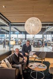 Kunde Robert Meier und Garagist Ernst Durrer (rechts) in der Lounge des Auto-Centers Durrer. (Bild: Nadia Schärli, Alpnach, 15. März 2019)