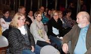 Peter Gut (rechts) beantwortete auch Fragen des Publikums. (Bild: Cécile Alge)