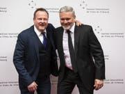 Der künstlerische Direktor Thierry Jobin (links) zusammen mit FIFF-Präsident Mathieu Fleury bei der Eröffnung des 33. Internationalen Filmfestivals Freiburg. (Bild: Keystone/ADRIEN PERRITAZ)