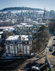 Die Villa Wiesental (vorne) steht hinter dem Bahnhof gleich neben dem Kulturzentrum Lokremise (Mitte links). (Bild: Benjamin Manser)