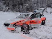 Das Fahrzeug der Kantonspolizei Graubünden wurde beim Zusammenstoss total beschädigt. (Bild: Kapo GR)