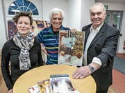 Bibliotheksleiterin Renate Flückiger, Künstler Anton Schäfli Zanvit und Laudator Gerold Krähenmann. (Bild: Kurt Lichtensteiger)
