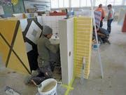 In der Ausbildungshalle lernen die Lehrlinge unter Anleitung vielfältige Maurerarbeiten. (Bild: PD)