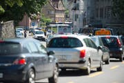 Während der Autobahn-Sanierung dürfte es in der Stadt zum einen oder anderen Stau kommen wie hier in Bruggen. (Bild: Ralph Ribi)