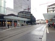 Die gleiche Stelle auf dem heutigen Bahnhofplatz. Dort, wo einst der erst St.Galler Hauptbahnhof stand, erhebt sich heute das Rathaus. (Bild: Reto Voneschen - 12. März 2019)