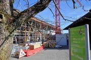Die im Bau befindliche Gewerbehalle von Murimoos werken und wohnen belastet das Unternehmen finanziell langfristig. (Bild: Eddy Schambron)