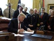 US-Präsident Donald Trump bei der Unterzeichnung des Vetos am Freitag im Oval Office des Weissen Hauses. (Bild: Keystone/AP/EVAN VUCCI)