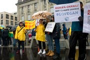 Trotz nasskaltem Regenwetter demonstrierten gegen 100 Personen auf dem Postplatz. (Bild: Maria Schmid, Zug,15. März 2019)