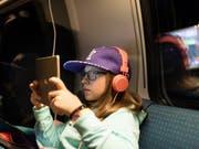 Minderjährige sind in der Schweiz ungenügend vor Gewalt oder Pornografie geschützt. Der Bundesrat schlägt neue Regeln für Filme und Games vor. (Bild: KEYSTONE/GAETAN BALLY)