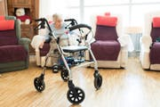 Belohnt werden soll, wer sich neben der Berufstätigkeit um die Eltern oder den Nachbar kümmert. (Symbolbild Christian Beutler/Keystone)