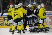 Zwischen den Thurgauern (gelb) und den Chaux-de-Fonniers ging es auch im dritten Halbfinalspiel zur Sache. (Bild: Levin Steiner/Sports-Media)
