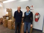 """Die Mitarbeiter der Credit Suisse Altdorf Roland Arnold und Monika Sicher haben geholfen, die Ware der Spendenaktion """"Zweimal Weihnachten"""" auszupacken und zu sortieren. (Bild: PD)"""