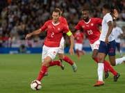 Stephan Lichtsteiner, hier mit Johan Djourou in einem Match gegen England (Bild: KEYSTONE/GEORGIOS KEFALAS)
