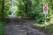 Be der Zufahrt zum Steinbruchareal Campiun hat die Ortsgemeinde aus Sicherheitsgründen ein Betretungsverbot signalisiert. (Bild: Heini Schwendener)