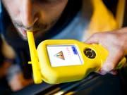 Eine Atemprobe ergab, dass ein auf dem Pannenstreifen der A7 im Auto eingeschlafener Lenker Alkohol intus hatte. (Bild: KEYSTONE/VALENTIN FLAURAUD)
