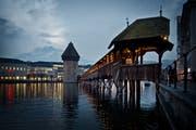 Der Mann entriss einer alten Dame auf der Kapellbrücke die Handtasche und brachte sie so zu Fall. (Bild: Pius Amrein, Luzern, 29. Januar 2014)