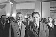 Damals herrschte noch Einigkeit zwischen ihnen: Der algerische Präsident Ahmed Ben Bella und sein Schatzmeister Mohamed Khider, aufgenommen an einer Pressekonferenz in Algier im Jahre 1962. (Bild: Getty)