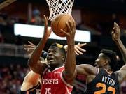 Der Genfer Clint Capela sorgte beim Sieg gegen die Phoenix Suns mit 14 Punkten und 11 Rebounds für ein Double-Double (Bild: KEYSTONE/AP/DAVID J. PHILLIP)