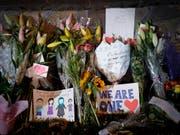 Blumen, Briefe und Zeichnungen erinnern an die Todesopfer des Moschee-Attentats von Christchurch. (Bild: KEYSTONE/AP/VINCENT THIAN)