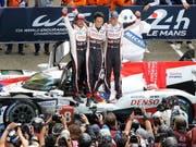 Sébastien Buemi (ganz rechts) feiert mit seinen Teamkollegen Fernando Alonso und Kazuki Nakajima einen weiteren Sieg in der Langstrecken-WM (Bild: KEYSTONE/EPA/EDDY LEMAISTRE)