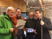 Sie wirkten am Hörspiel mit (von links): Ueli Jäggi, Stefan Kurt, Regisseur Geri Dillier und Autor Arno Camenisch. (Bild: SRF)