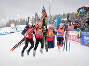 Norwegens Frauen vollziehen den Freudensprung. (Bild: KEYSTONE/EPA TT NEWS AGENCY/JESSICA GOW)