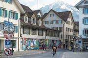 Seit Monaten unverändert: Baugespann und besprayte Wände am Dorfplatz. (Bild: Dominik Wunderli (Stans, 13. März 2019))