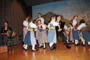 Die Kindertrachtengruppe Engelberg zieht das Publikum mit Tanzen und Singen in seinen Bann. (Bild: Rosmarie Berlinger, Wolfenschiessen, 15. März 2019)