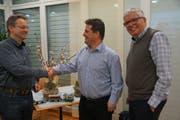 Präsident Daniel Wollenmann heisst Conrad Wagner (li) im Vorstand des Vereins Engelbergbahn willkommen. Rechts der scheidende Vizepräsident Ferdinand Keiser. (Bild: Franz Hess,Stansstad, 14. März 2019)