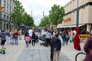 Besucherfrequenzen wie am 1. Mai sind in der Wiler Einkaufsstrasse Obere Bahnhofstrasse selten geworden. Der Vorstand von Wil Shopping ist bestrebt, Massnahmen für einen Gegentrend zu finden. (Bilder: Hans Suter)