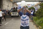 Bereits im vergangenen Sommer gab es Aufstände gegen den Präsident Daniel Ortega. Hier ein Protestant mit zugebundenen Händen und geknebeltem Mund. (Bild: Keystone, 23. Juli 2019)