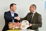 Der frisch gewählte Steckborner Stadtpräsident Roman Pulfer nimmt von seinem Vorgänger Roger Forrer Gratulationen und einen symbolischen Schlüssel entgegen. (Bild: Donato Caspari)