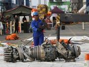 Geborgenes Triebwerk der in Indonesien verunglückten Lion Air-Maschine: laut ersten Auswertungen der Flugschreiber gibt es deutliche Ähnlichkeiten bei den beiden abgestürzten Maschinen vom Typ Boeing 737 MAX 8. (Bild: KEYSTONE/AP/ACHMAD IBRAHIM)