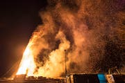 Der brennende Funken liess tatsächlich einen Funkenregen, teils grössere Stücke Richtung Zuschauer fliegen, sodass die Feuerwehr zum Einsatz kam. (Bild: Hanspeter Schiess)