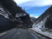 Die Engadinerstrasse ist im Unterengadin zwischen Martina und Vinadi seit einem Felssturz gesperrt, voraussichtlich für mehrere Tage. (Bild: Kantonspolizei Graubünden)
