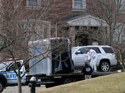 Ermittler vor dem Haus des erschossenen New Yorker Mafiabosses Francesco «Franky Boy» Cali auf Staten Island. (Bild: KEYSTONE/AP/SETH WENIG)