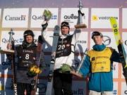 Andri Ragettli (rechts) feiert bei seinem Comeback nicht nur einen Podestplatz, sondern holt sich auch die kleine Kristallkugel im Big Air (Bild: KEYSTONE/AP The Canadian Press/JACQUES BOISSINOT)