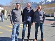 Frohe Gesichter: John Piggen (CEO VDL) flankiert von den beiden Gründern der Evatec; Andreas Wälti, CEO (links) und Marco Padrun. (Bild: Hans Hidber)
