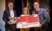 Stellvertretend für ihren Sohn Lukas nimmt Mutter Gaby Britschgi von Hanu Fehr und Fabrizio Hugentobler den ersten Frauenfelder Sportpreis entgegen. (Bild: Andrea Stalder)