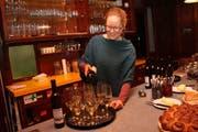 Julia Leijola schenkt den ersten Weisswein der Weinbaugenossenschaft Lichtensteig ein. (Bild: Martin Knoepfel)