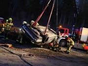 Bei einem Unfall in Menzingen im Kanton Zug wurde eine junge Frau eingeklemmt und lebensgefährlich verletzt. (Bild: Zuger Strafverfolgungsbehörden)