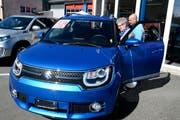 Zwei Besucher interessieren sich für das Suzuki-Modell Ignis 1.2 Tradizio Top bei der Buchser Garage J. Müntener AG. (Bild: Hansruedi Rohrer)