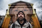 Stefan Tschirren vor der Offenen Kirche mit dem grössten Motiv, das er je gesprayt hat. (Bild: Benjamin Manser)