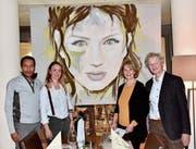 Das Bild «Green Eyes» wird für Giulia Wyss (zweite von links) zukunftsweisend sein; es wurde gemeinsam von ihren neuen Förderern David Collenberg, Lilly Huber und Martin Nett erworben. (Bild: Heidy Beyeler)