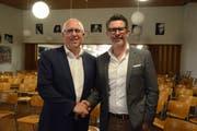 Der neue Präsident Markus Frei und Urs Schmied, ehemaliger Präsident und neues Ehrenmitglied, gratulieren sich gegenseitig. (Bild: Tizian Fürer)
