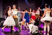 Cinderella (Vivian Bechtiger) angelt sich den schönen Prinz. (Bilder: Anna-Tina Eberhard)
