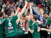 Die Thuner Spieler freuen sich über den sechsten Cupsieg (Bild: KEYSTONE/MARCEL BIERI)