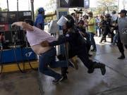 Polizeikräfte in Managua gehen bei Anti-Regierungsprotesten gegen einen Fotojournalisten der Nachrichtenagentur AFP vor. (Bild: KEYSTONE/EPA EFE/JORGE TORRES)