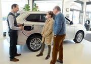 Remy Kühnis erklärt Einzelheiten des Plug-in-Hybrid-Systems beim Mitsubishi Outlander PHEV-SUV in der Garage Kühnis AG, Grabs. (Bild: Hansruedi Rohrer)